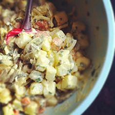 Recette de salade de légumes, restes de boeuf, viandes et légumes bouillis comme le pot au feu. Une salade pour réutiliser les restes de pot au feu, viandes et légumes bouillis. Du céleri vert et du céleri-rave bons pour la santé, des olives noires, des anchois, pommes de terre, oeufs durs, persil, échalote et estragon. Un bon plat d'hiver, comme nos grand-mères savaient si bien le cuisiner, avec cet art culinaire particulier : savoir réutiliser les restes. Une salade composée hivernale…