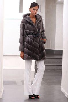 Blue Iris Female Mink Fur Coat with hooks and button at the collar. Cappotto di Visone Femmina Blue Iris, lavorato a pelli intere con gancetti e bottone al collo.  #elsafur #fur #furs #furcoat #coat #mink #minkcoat #cappotto #peliccia #pellicce