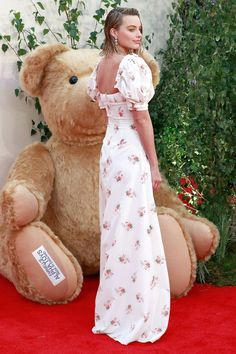 Margot Robbie attended the London premiere of her new movie, Goodbye Christopher Robin in a vintage-inspired, floral, silk dress with exaggerated shoulders by Brock Collection. Fashion 101, Party Fashion, Star Fashion, Love Fashion, Fashion Ideas, Margot Robbie, Goodbye Christopher Robin, Dress Up Boxes, Looking Stunning