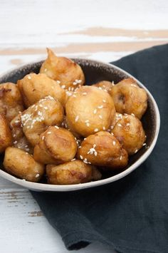 Vegan Banana Fritters coated in maple syrup and sprinkled with sesame seeds | ElephantasticVegan.com #vegan #banana #dessert #sweet #fried