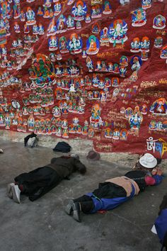 Prostrating at the Chokpori Medicine Buddha area on the Lhasa Lingkhor. © yowangdu.com.