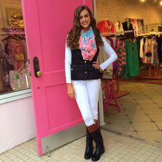 Any jeans, basic white shirt, black quilted vest, printed Lilly scarf, and riding boots. Preppy Mode, Preppy Girl, Preppy Style, My Style, Fall College Outfits, Fall Winter Outfits, Summer Outfits, College Fashion, Adrette Outfits