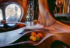 Реконструируя ветхое помещение в Маленькой Италии в самом центре Торонто, архитекторы превратили его в архитектурную скульптуру из дерева – интерьер представляет собой вырезанную из красного дерева извилистую ленту Мёбиуса, все поверхности которой плавные и обтекаемые.