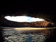 """A """"praia escondida"""" das ilhas Marietas está afastada do mundo externo. Para lá chegar, os viajantes precisam de atravessar um túnel comprido - com água cristalina - de canoa.  Leia mais no https://insider.pro/pt/article/73323/"""