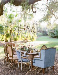 Une décoration de table d'été originale grâce aux chaises et fauteuil dépareillés