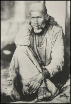 Un jour de l'année 1854, un jeune fakir errant apparut mystérieusement, dans les rues de Shirdi, un village du Maharastra. Personne ne savait qui il était, ni d'où il venait. A partir de l'année 1900, il deviendra extrêmement célèbre en Inde. Encore maintenant...