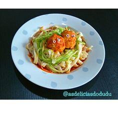 Fetuccine,  espaguete de abobrinha almôndegas de frango nutritiva no molho turbinado.