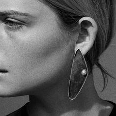 Single pearl earring