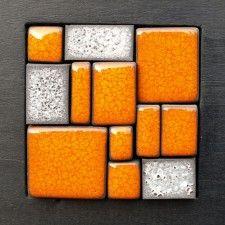 Mural de cerámica naranja y gris