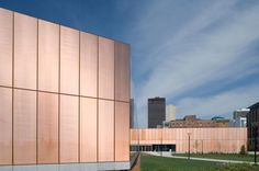 Des Moines Public Library, Des Moines Iowa by David Chipperfield. The library provides a link to downtown Des Moines. Facade Architecture, Contemporary Architecture, Industrial Architecture, Classical Architecture, Des Moines Library, Iowa, Metal Company, Pop Up, David Chipperfield Architects
