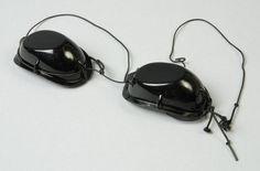 Hoogtezonbril (C) bestaand uit twee zwarte kunststof doppen verbonden met dun zwart touwtje, behorend bij hoogtezon van Hanau (A) - tegen UV-straling - 1950 / 1970