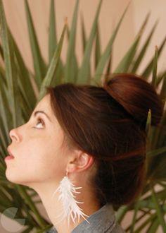 paper feather earrings tutorial from runway diy Paper Earrings, Feather Earrings, Bead Earrings, Diy Jewelry, Jewelry Making, Jewelry Ideas, Jewellery, Jewelry Patterns, Jewelry Design