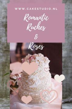 Ik blijf bruidstaarten met ruches of ruffles echt super romantisch vinden. Ze passen eigenlijk in elke setting. Of jullie nou op een kasteel trouwen of buiten in het bos. Een bruidstaart met ruches is in verschillende soorten ruffles te krijgen. Van lint vorm zoals bij deze bruidstaart tot petalvorm. Een wat meer losse variant. Of the Ribbon Rose Ruche, waarbij de ruches worden opgerold in een rozenvorm. Place Cards, Place Card Holders, Studio, Rose, Vintage, Pink, Studios, Vintage Comics, Roses