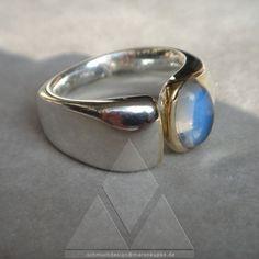 Ringe - Himmelblauer Mondstein 750 Gold Ceylon Ring - ein Designerstück von Schmuckdesign-MarenKupke bei DaWanda
