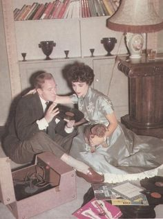 Elizabeth Taylor and husband Michael Wilding listen to records.