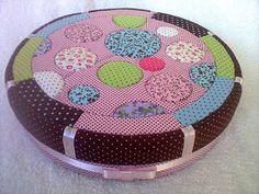 Caixa redonda em mdf, revestida em tecido, com técnica de patchwork embutido R$ 120,00