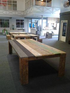 Grote eettafel, vergadertafel van Studio Steigerhout. De kleuren van jouw inrichting en/of huisstijl zijn in de tafel door te voeren.