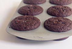 Versão rápida, vegana e com opção sem glúten do muffin de chocolate. Fofinho, molhado e delicioso para ter em casa sempre.