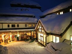 ROBINSON club offers you lots of activities, wellness, fitness, delicious food and fun for kids and teens of all ages. Robinson Club, Travel Destinations, Cabin, House Styles, Holiday, Outdoor, Austria, Home Decor, Winter