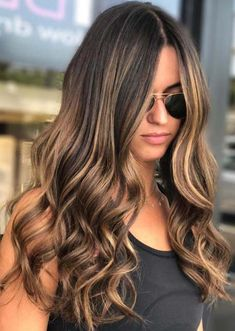 Balayage is suitable for light and dark hair, almost all lengths except very short haircuts. Today I want to show you the most popular Brunette Balayage Hair Color Ideas. Balayage has become the biggest trend in recent seasons, and it's not over yet. Brown Hair Shades, Brown Hair With Blonde Highlights, Light Brown Hair, Caramel Hair Highlights, Brown Highlighted Hair, Caramel Hair With Brown, Ash Blonde, Light Brown Highlights, Brown Hair With Blonde Balayage