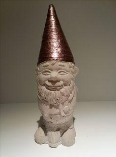 Gartenzwerg aus Beton mit glänzender Mütze. Höhe ca. 20cm. Gewicht ca. 800gr. Farbe der Mütze ist Cappuccino. Von Hand gegossen, von Hand bemalt.