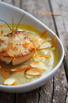 il gattoghiotto: Passatina di fave e cicerchie con capasanta dorata all'arancia e petali di mandorle tostate