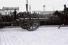 παρέλαση των Βουλγάρων ενώ Γερμανοί και Βούλγαροι παρακολουθούν στην κεντρική πλατεία κατά την τελετή παράδοσης της πόλης