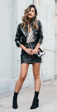9 produções inspiradoras com skinny boots.  Jaqueta de couro, saia de couro, blusa cinza, ankle boot