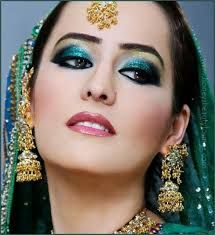 Gold Smokey Eyes and Coral Lips – Asian Wedding Makeup. - Gold Smokey Eyes and Coral Lips – Asian Wedding Makeup. Bridal Makeup Pictures, Asian Wedding Makeup, Eye Makeup Images, Bridal Makeup Tips, Pakistani Bridal Makeup, Wedding Makeup For Brown Eyes, Bride Makeup, Indian Bridal, Prom Makeup