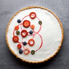 13 Creative Design Tricks To Use For Your Next Tart is part of Desserts - Presentation is key and a bonus is you can be as creative as you want with a dessert like this Here are 13 designs to check out to help get you inspired Just Desserts, Delicious Desserts, Yummy Food, Sweet Recipes, Cake Recipes, Dessert Recipes, Creative Food, Creative Design, Food Decoration