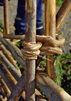Rakenna riukuaita | Meillä kotona Fence Doors, Rail Fence, Garden Shrubs, Garden Fencing, Building A Fence, Green Building, Wattle Fence, Fence Trees, Garden Nook