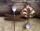 Boucles asymétriques Libellule, feuille, violet lavande pastel, bronze : Boucles d'oreille par coup-de-grace