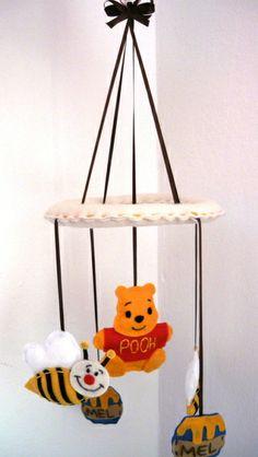 Móbile em feltro, composto por 2 abelhas, 02 potes de mel e 01 ursinho pooh R$ 30,00