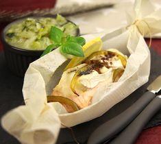Papillote de saumon au chèvre sur lit de poireaux - Envie de bien manger. D'autres recettes de papillotes sur www.enviedebienmanger.fr/recettes/papillotes