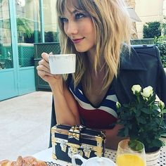 Karlie Kloss with bangs / hair goals.