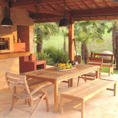 Com o intuito de promover o convívio familiar, a paisagista Paula Magaldi desenhou uma área gourmet em tijolos aparentes, seguindo a linha rústica das construções da Fazenda Bela Vista, em Itatiba (SP). No entorno, há plantas tropicais como as palmeiras fênix (Phoenix roebelenii)