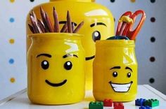 Does your child love Lego? Make him a pencil holder by recycling a glass jar with the look of a Lego man's head! I had an idea while writing my post, it would be important not to skip this step if you want to leave some bea Lego For Kids, Diy For Kids, Crafts For Kids, Lego Craft, Lego Lego, Lego Batman, Lego Ninjago, Lego Bedroom, Diy Spray Paint