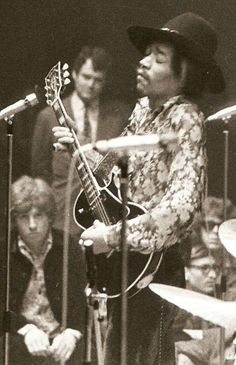 Jimi with a Les Paul: rare pic