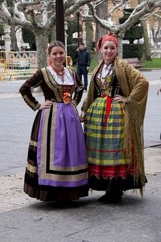 indumentaria tipica burgalesa - Buscar con Google Spanish Costume, Valladolid, Spain Fashion, Folk Costume, People Of The World, World Cultures, Traditional Dresses, Marie, Daughter