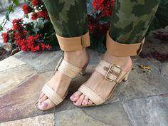 Sandália curinga. Combina moda com seu dia.