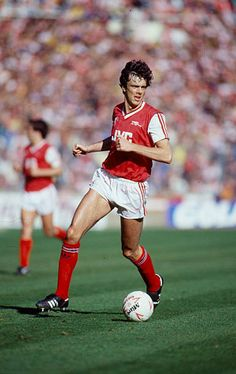 April 1987 Littlewoods Cup Final at Wembley Arsenal 2 v Liverpool 1 David O'Leary Arsenal central defender 19751993 who won 68 Republic of. English Football League, Football Kits, Republic Of Ireland, Defenders, Good Old, Arsenal, Liverpool, Finals, Kicks