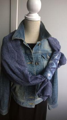 Royale voile sjaal met grote vilten kraal in blauwtinten