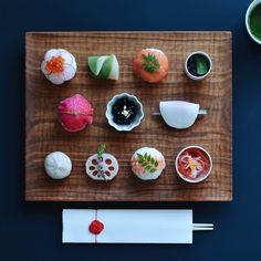 こちらのバージョンもアップさせてください . . 葩餅も竹の生菓子も鈴懸のです。 いつも年末行列に並んで購入してます。 Sake Sushi, Sushi Co, Nigiri Sushi, Sashimi, Temari Sushi, Japanese Food Sushi, Japanese Sweets, Sushi Party, New Year's Food