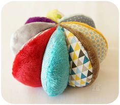 Ideas Crochet Toys Ball For 2019 - Hushist Crochet Braids For Kids, Crochet Kids Scarf, Crochet Baby Boots, Crochet Toys, Granny Square Crochet Pattern, Crochet Flower Patterns, Crochet Ideas, Diy Bebe, Baby Couture