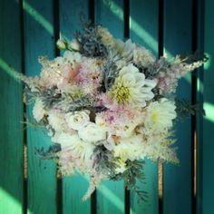 svatební kytice kytka květy nevěsta svatba jiřiny pelyněk ledová šedá růžová astilbe čechrava růže světlá