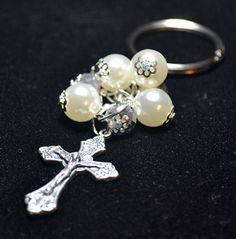 recuerdos de primera comunion - Buscar con Google Body Jewelry, Jewelry Art, Beaded Jewelry, Beaded Bracelets, Catholic Crafts, Confirmation Gifts, Beaded Ornaments, Christmas Jewelry, Bead Art