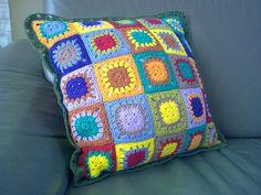 Granny square pillow. Free pattern on my blog: jose-crochet.blogspot.com