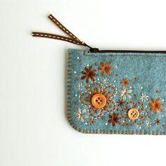 Moneda monedero de fieltro de lana / / bordado hecho a mano / / dulce flores / / LoftFullOfGoodies