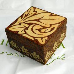 Hermosa pequeña caja de madera con tapa magnética decorado con estampado de flores de estilo Art Nouveau y lacado. Muy agradable, cómodo y útil artículo - usted puede almacenar su joyería favorita...