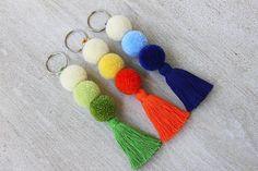 Pom Pom Keychain, Keychain de la borla, Pom Pom bolsa encanto, Boho Keychain, llavero de pompón, colorido, naranja azul verde, borla bolsa de encanto Este colorido llavero está hecho a mano de borlas y pompones. Puede ser también encanto de cogida del ojo bolso para la playa o en otro